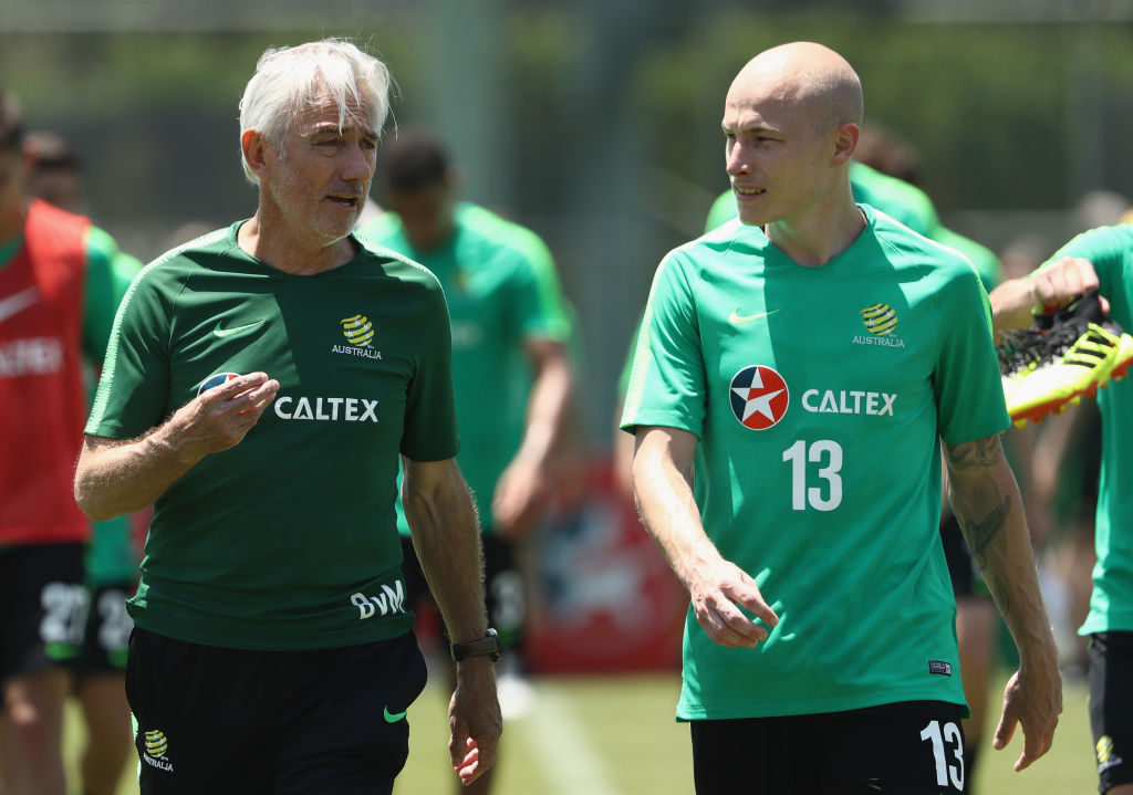 Bert van Marwijk speaks to Aaron Mooy after training