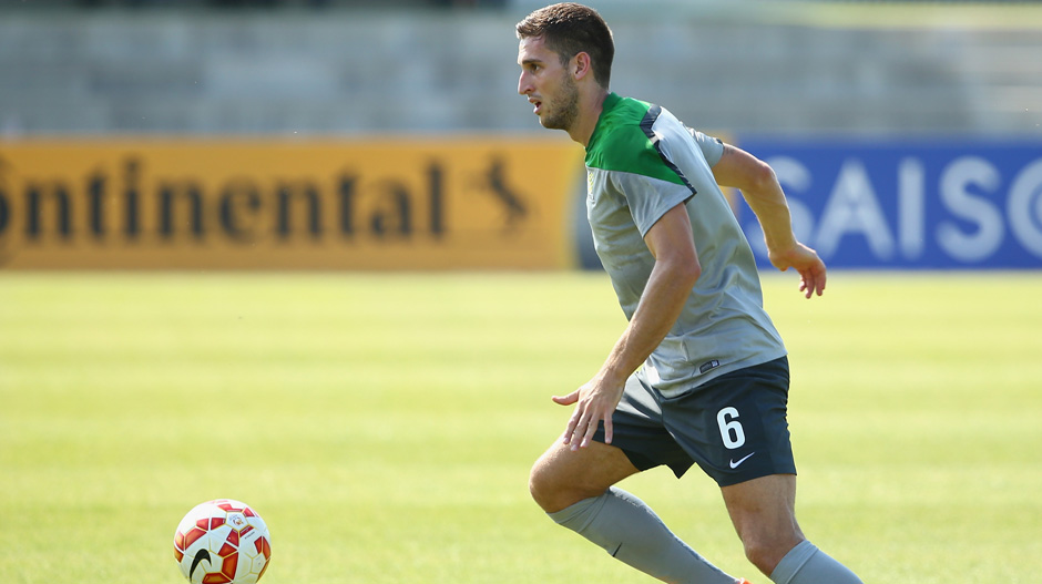 Matt Spiranovic on the ball during a Socceroos training session.