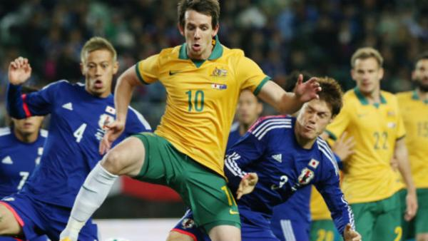 Robbie Kruse receives the ball when the Caltex Socceroos last played Japan in 2014.