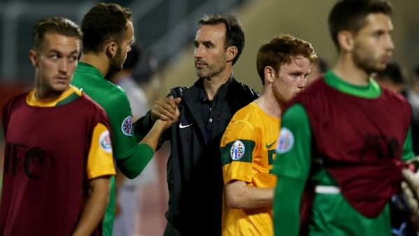 Olyroos coach Aurelio Vidmar speaks to his players after Australia's AFC U-22 Championship clash against Japan in 2014.