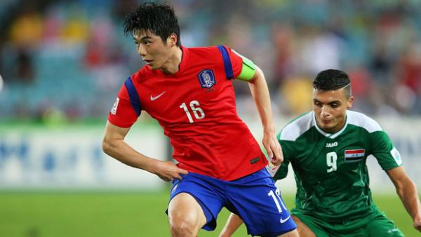 Ki Sung Yueng on the ball in the semi-final against Iraq.