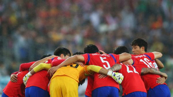 Korea Republic form a huddle before kick-off in their Asian Cup semi-final.