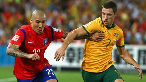 Cha Du Ri and Mathew Leckie tangle for possession in the Asian Cup final.