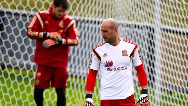 Pepe Reina appears set to displace Iker Casillas as Spain's goalkeeper against Australia.