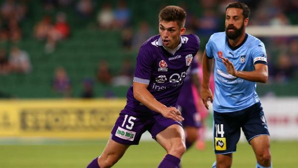 Perth Glory midfielder Brandon Wilson passes the ball against Sydney FC.